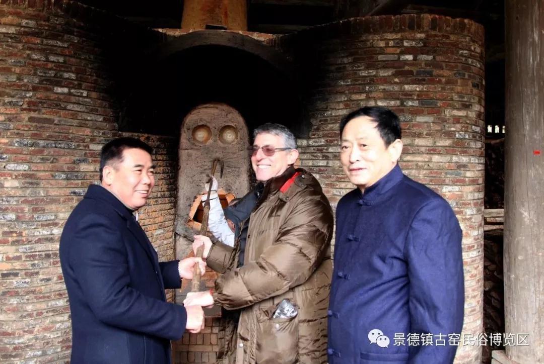 古窑新年第一窑迎来中外游客开窑见