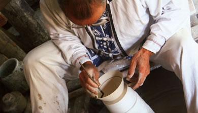 在制瓷师傅指导下,亲自动手制作别具一格的精美瓷器